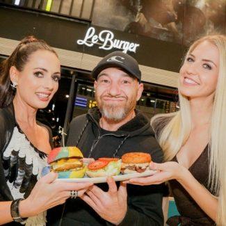 Sänger Roman Gregory überraschte die Gäste mit einer Burger-Kabarett-Einlage - Foto:Henrieta Zanoni, Roman Gregory, Beatrice Körme