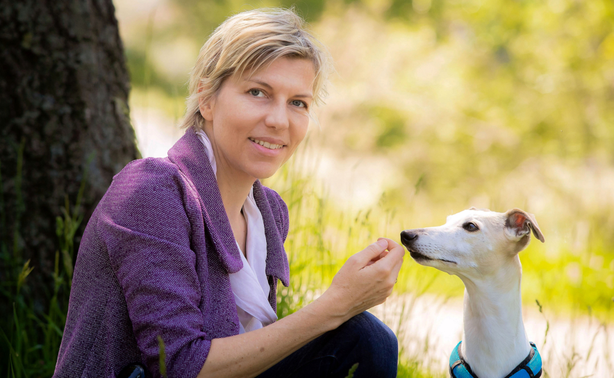 Tierschutzombudsfrau Eva Persy mit Hund Furio