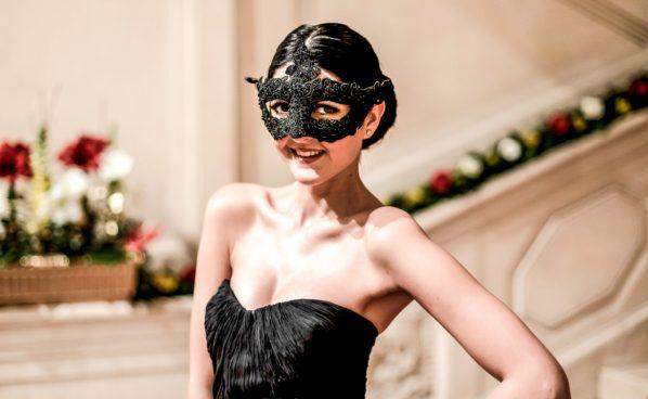 Ballbesucherin mit Maske