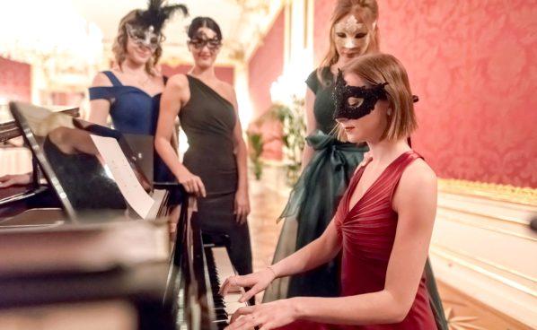 Ballbesucherinnen am Klavier