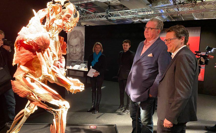 Jürgen Czernohorszky und Wolfgang Fischer besuchten mit Schülern Körperwelten Ausstellung
