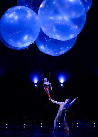 "Helium-Ballon Tanz in Cirque du Soleil ""Corteo"""