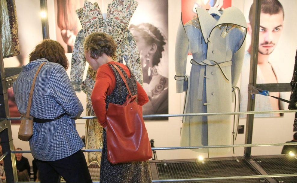 Besucherinnen begutachten Austrian Fashion Design im MAK