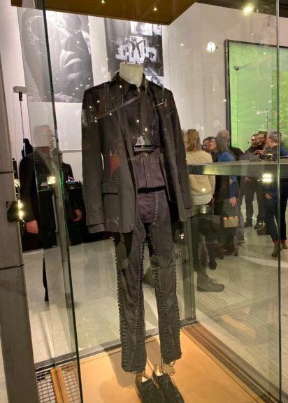 Mode von Helmut Lang in einer glasgeschützen Vitrine