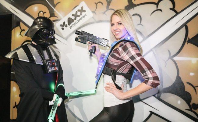 Beatrice Koermer testet LaserMAXX bei der VIP-Party im Maxx21
