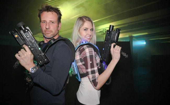 Beatrice Körmer und Volker Piesczek testen Lasermaxx im Maxx21
