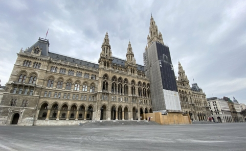 Leergefegter Rathausplatz am Vormittag des 17. März 2020 in Wien