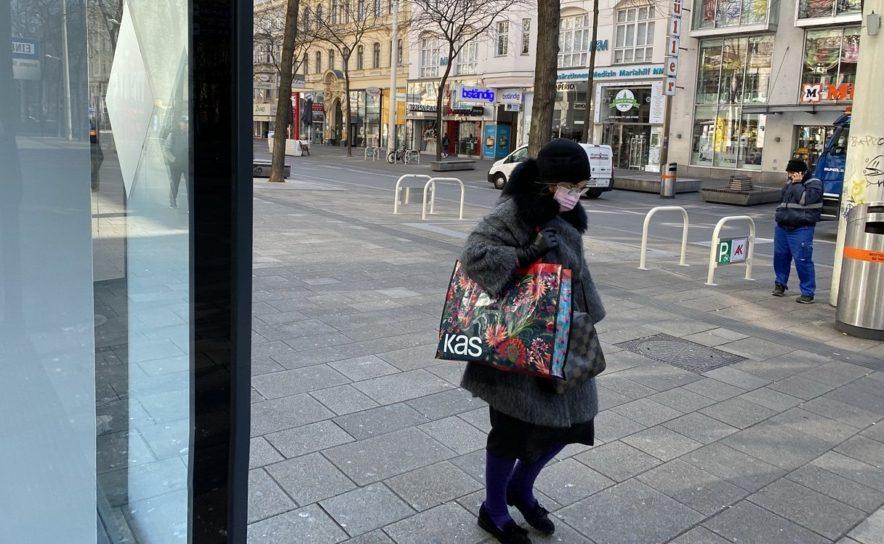 Passantin mit Schutzmaske auf der Mariahilferstrasse in Wien