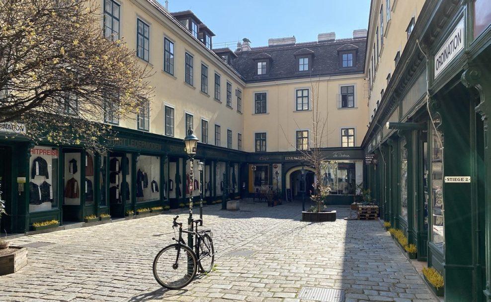 Menschenleere Einkaufspassage im Raimundhof wegen Ausgangsbeschränkung