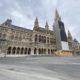 Menschenleerer Rathausplatz mitten im März