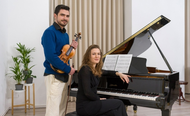 Violonist Alexey Rojas Peskov gibt Live-Konzerte via Youtube