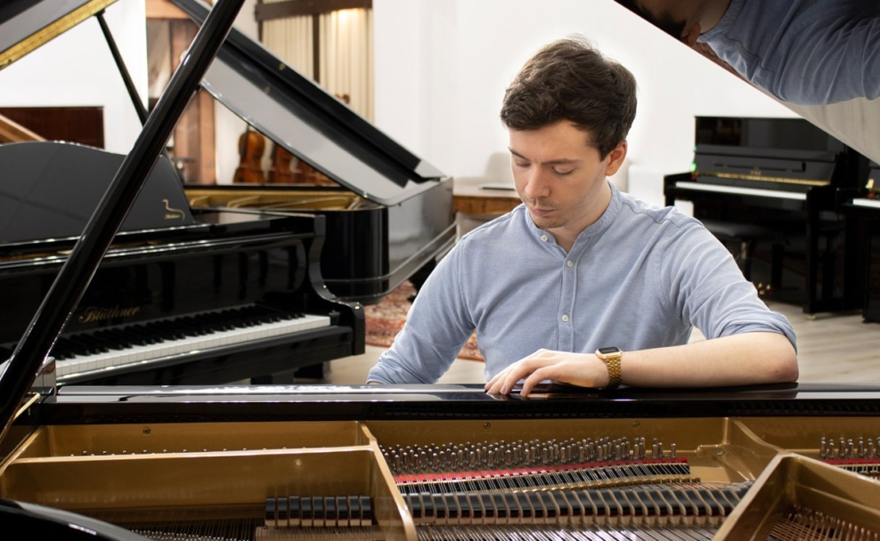 KlavierLoft Inhaber Benjamin Mujadzic gibt interaktive Kaufberatung per Video-Call