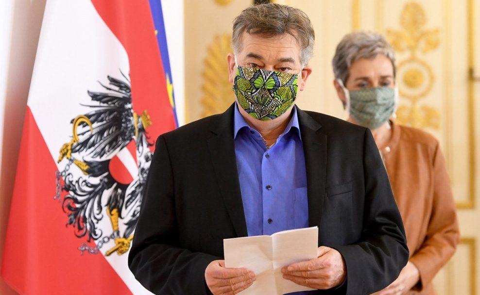 Vizekanzler Werner Kogler (G) und Staatssekretärin Ulrike Lunacek (G) während einer Pressekonferenz