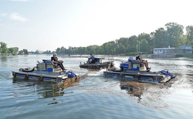 Mähboote im Einsatz gegen Wasserpflanzen in der Alten Donau