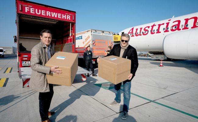 Stadträte Peter Hanke und Peter Hacker mit der Schutzausrüstung