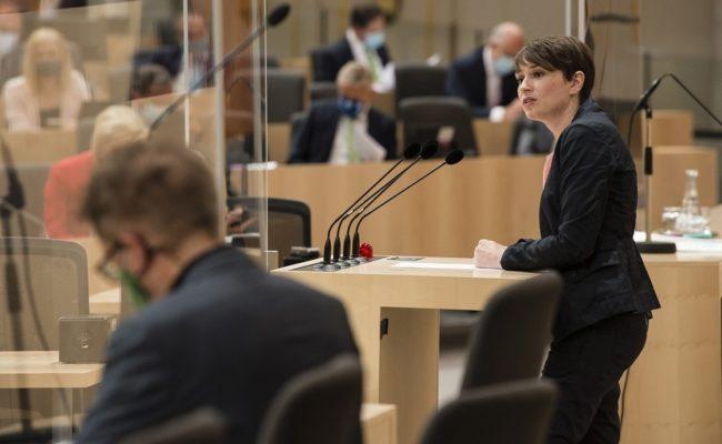 Klubobfrau Sigrid Maurer (G) am Rednerpult