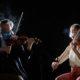 Wiener Philharmoniker Daniel Froschauer und Katharina Engelbrecht, Erste Geige, beim Experiment
