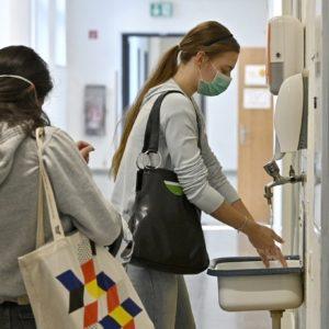 Hygieneregeln und Maskenpflicht mit Unterrichtsstart nach Corona-bedingter Schulschließungen