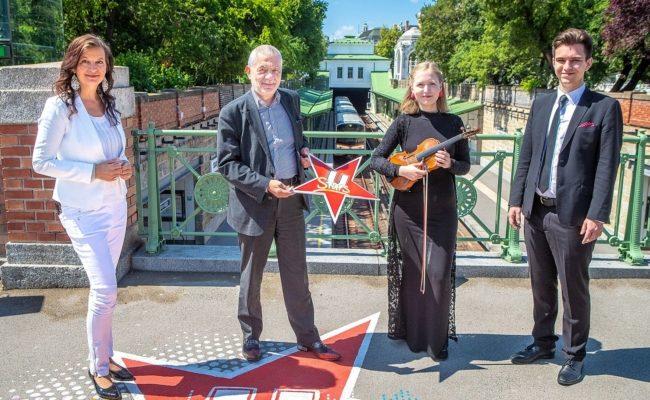 Ulli Sima und Wiener Linien Geschäftsführer Günter Steinbauer mit U-Bahn Stars