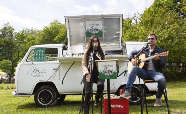Monika Ballwein und Andi Gabauer auf der Mirli Klangwiese