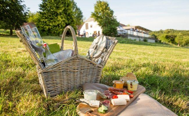 Das Haus der Mirli im Wienerwald lädt Wanderer zur Einkehr in die Gaststube