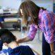 Nach Schließung der Schulen aufgrund der Corona-Pandemie kehren Schüler in ihre Klassen zurück