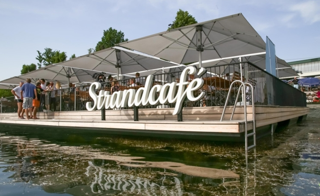 Große Terrasse für Gäste des Strandcafes an der Alten Donau