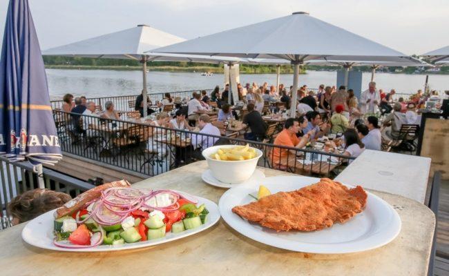 Strandcafe an der Alten Donau hat Schnitzel und Sparerips auf der Speisekarte