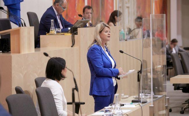 Bundesministerin für Landesverteidigung Klaudia Tanner bei ihrer Rede im Nationalrat