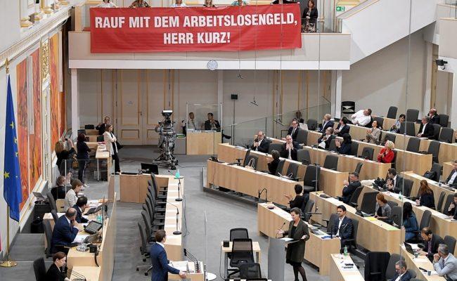 Ein Plakat in den Reihen von SPÖ-Abgeordneten im Rahmen einer Sitzung des Nationalrates
