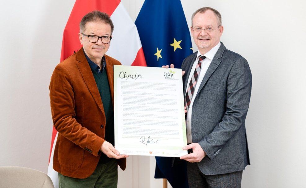 """Gesundheitsminister Rudi Anschober unterzeichnet Charta """"Kinder essen gesund"""" des FGÖ"""