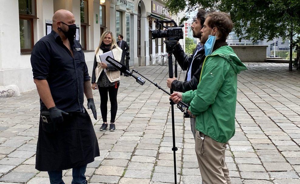 """""""Der Standard TV""""-Team bei Filmaufnahmen in Wien"""