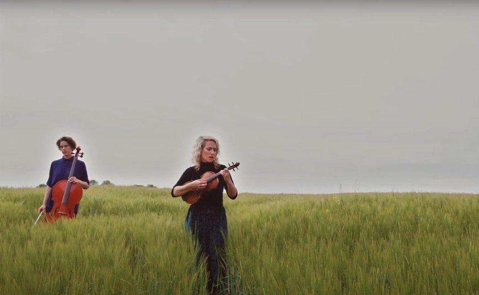 """Sophie Abraham und Julia Lacherstorfer im Musikvideo """"Irgendwann"""""""