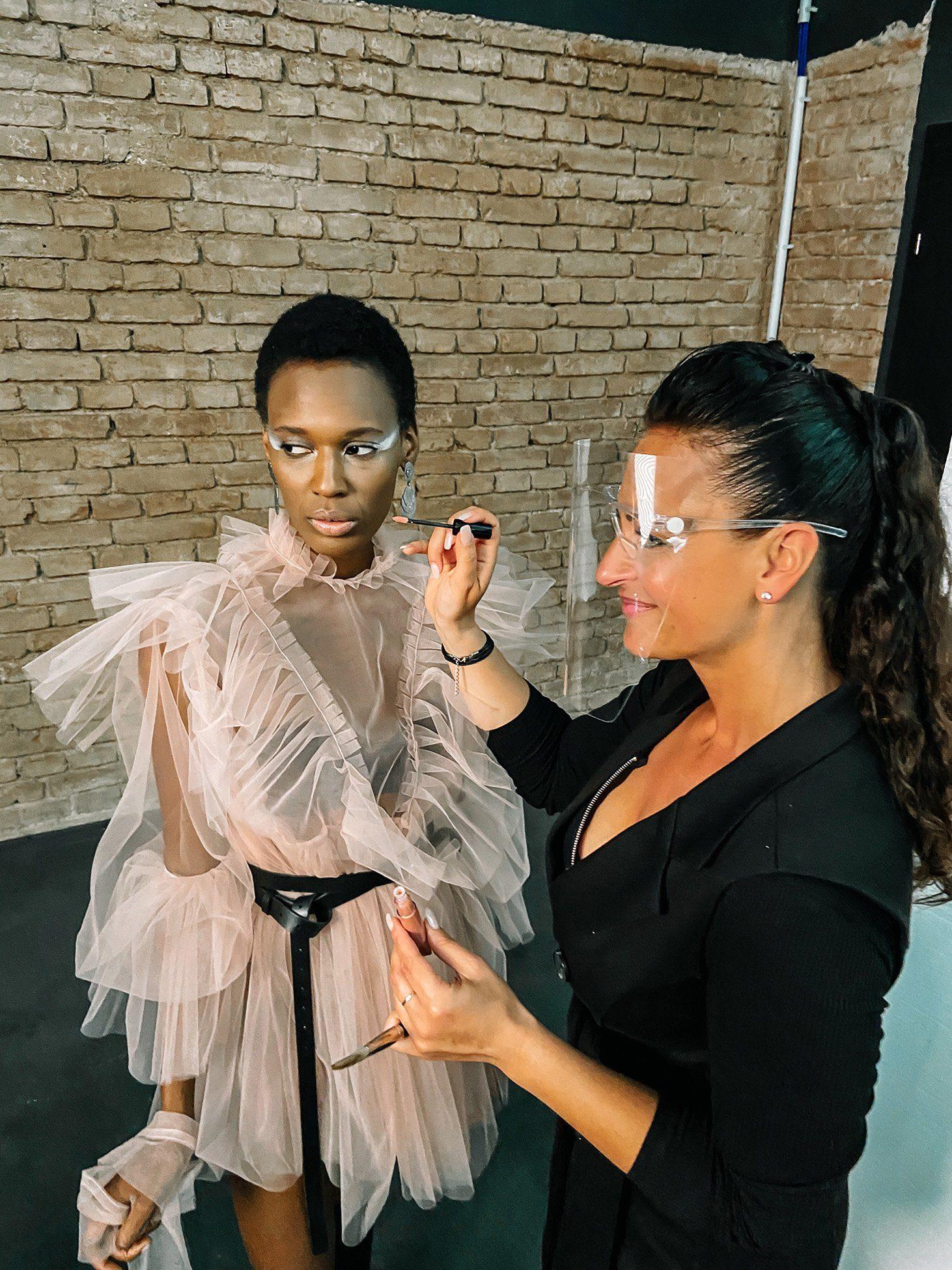 Top Model Aishat Gina wird Coronakonform geschminkt