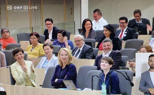 SPÖ Parteichefin Pamela Rendi-Wagner applaudiert Klaudia Tanner bei der 40. Sitzung des Nationalrates
