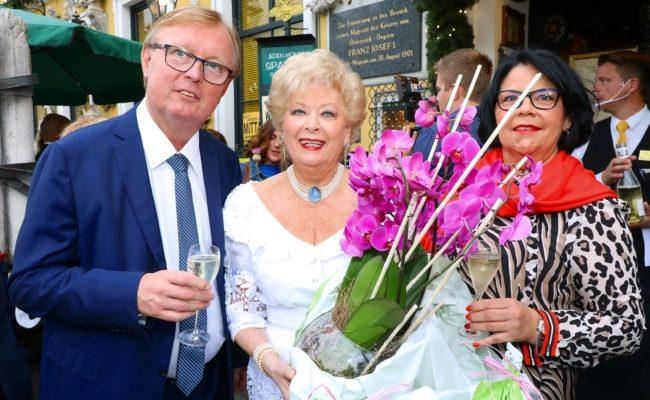 Birgit Sarata feierte Sommernacht mit Peter Schaider und Inge Schaider
