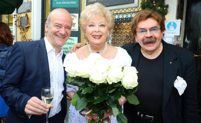 Andy Lee Lang und Hausherr Gerhard Bocek feierten mit Birgit Sarata Sommernachtsfest im Marchfelderhof