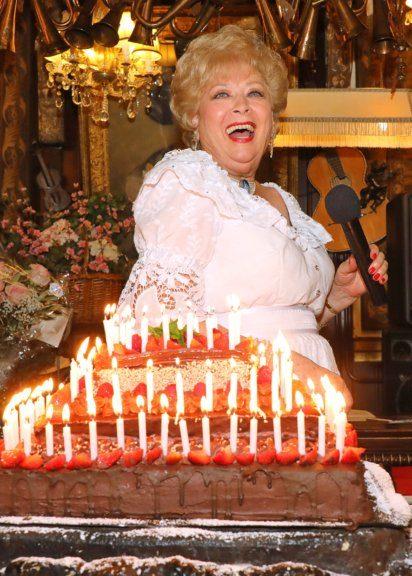 Birgit Sarata mit Torte und Kerzenschein bei ihrem Sommernachtsfest im Marchfelderhof