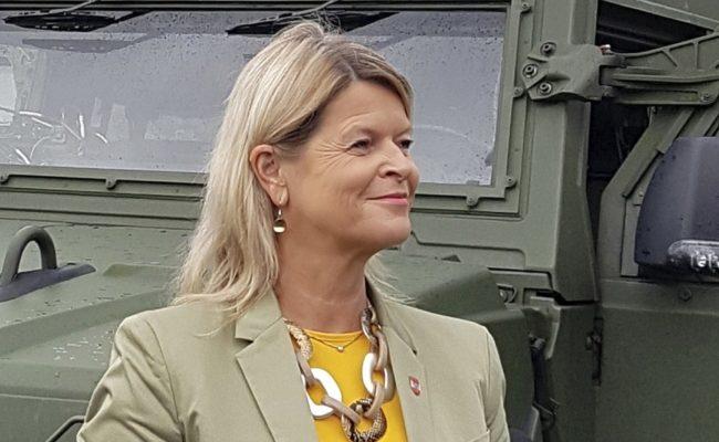 Verteidigungsministerin Klaudia Tanner am 25. Juni 2020 anlässlich eines Besuches bei Miliz-Soldaten des Jägerbataillons Steiermark
