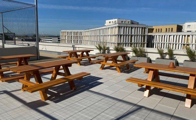 Eine Sportkantine mit kulinarischen Angeboten und Sitzplätze im Freien am Dach der Seehub Garage