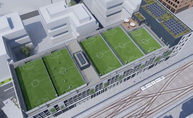 Die Soccer-Anlage am Dach in der Seestadt Aspern von oben betrachtet