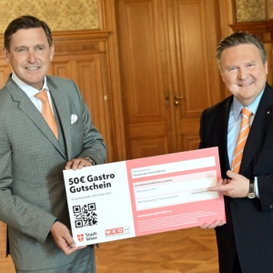 Stadtrat Peter Hanke und Michael Ludwig vertrauen Wiener Gastro-Gutschein der Post an
