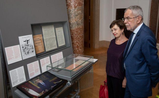 Bundespräsident Alexander Van der Bellen und Doris Schmidauer im Haus der Geschichte