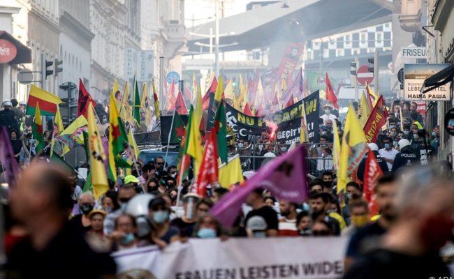 Kundgebung von kurdischen und linken Aktivisten und Politikern der Grünen am 26. Juni in Wien