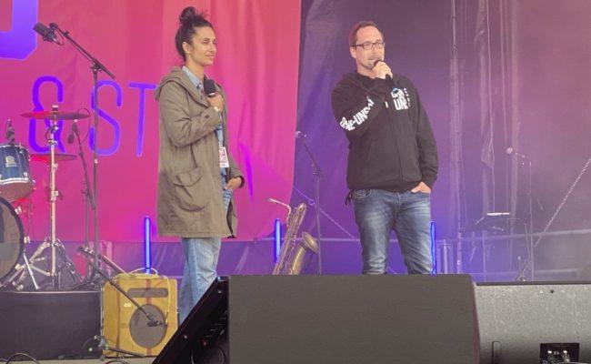 keinevent.at Initiatorin Maryam Yeganehfar und Ohne-uns.at Initiator PhilippCejnek bei der Kundgebung