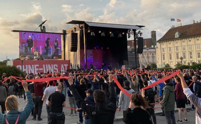 """Kundgebung """"Ohne-Uns ist es dunkel und still"""" am Wiener Heldenplatz"""