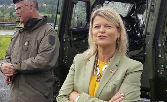 Verteidigungsministerin Klaudia Tanner und der steirische Brigadier Heinz Zöllner bei einem Fototermin in Deutschlandsberg