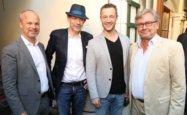 VÖZ-Präsident Markus Mair, Vizepräsident Eugen A. Russ, BM Gernot Blümel und ORF-GD Alexander Wrabetz beim VÖZ-Heurigen 2019