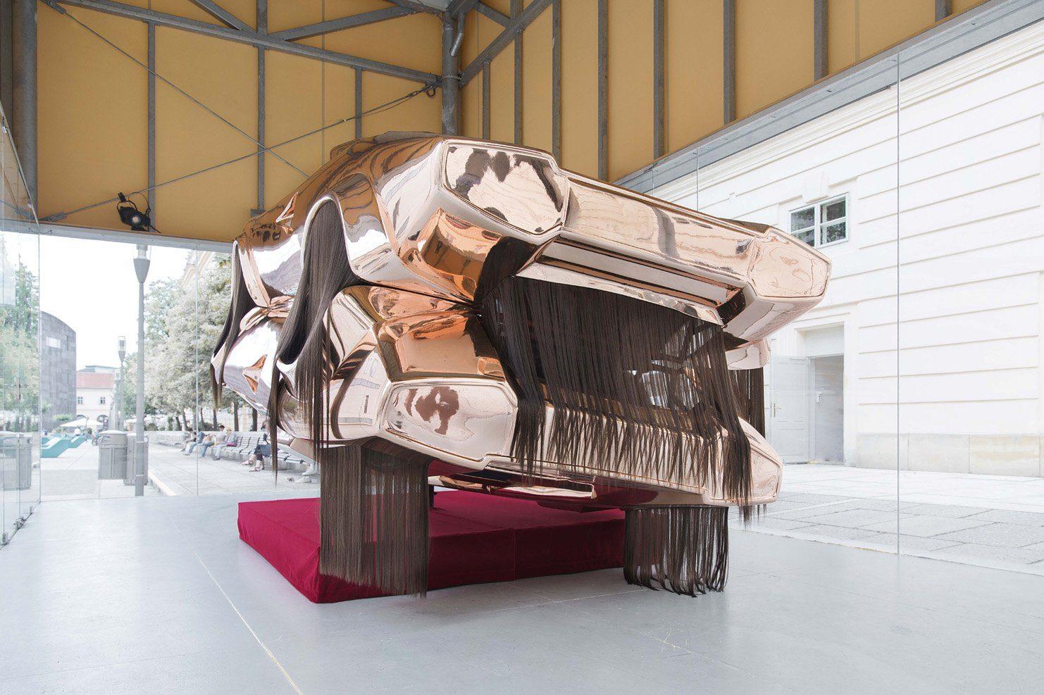 """Roland Reiters Installation """"Twins"""" zeigt zwei verschweisste Lamborghini im Museumsquartier"""