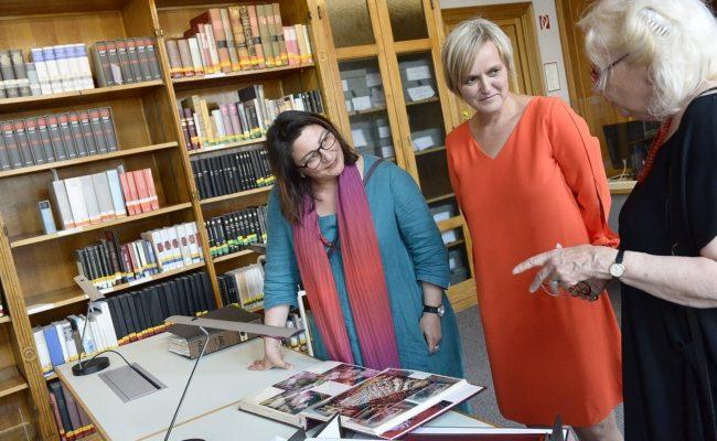 StRin Veronica Kaup-Hasler, Wienbibliothek Direktorin Anita Eichinger und Tobisch-Vertraute Barbara Urbanek sichten den Nachlass